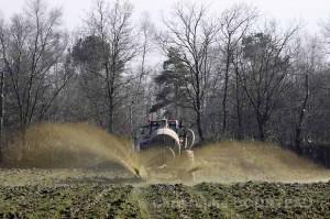Epangage de lisier au champ à la fin de l'hiver. Bretagne